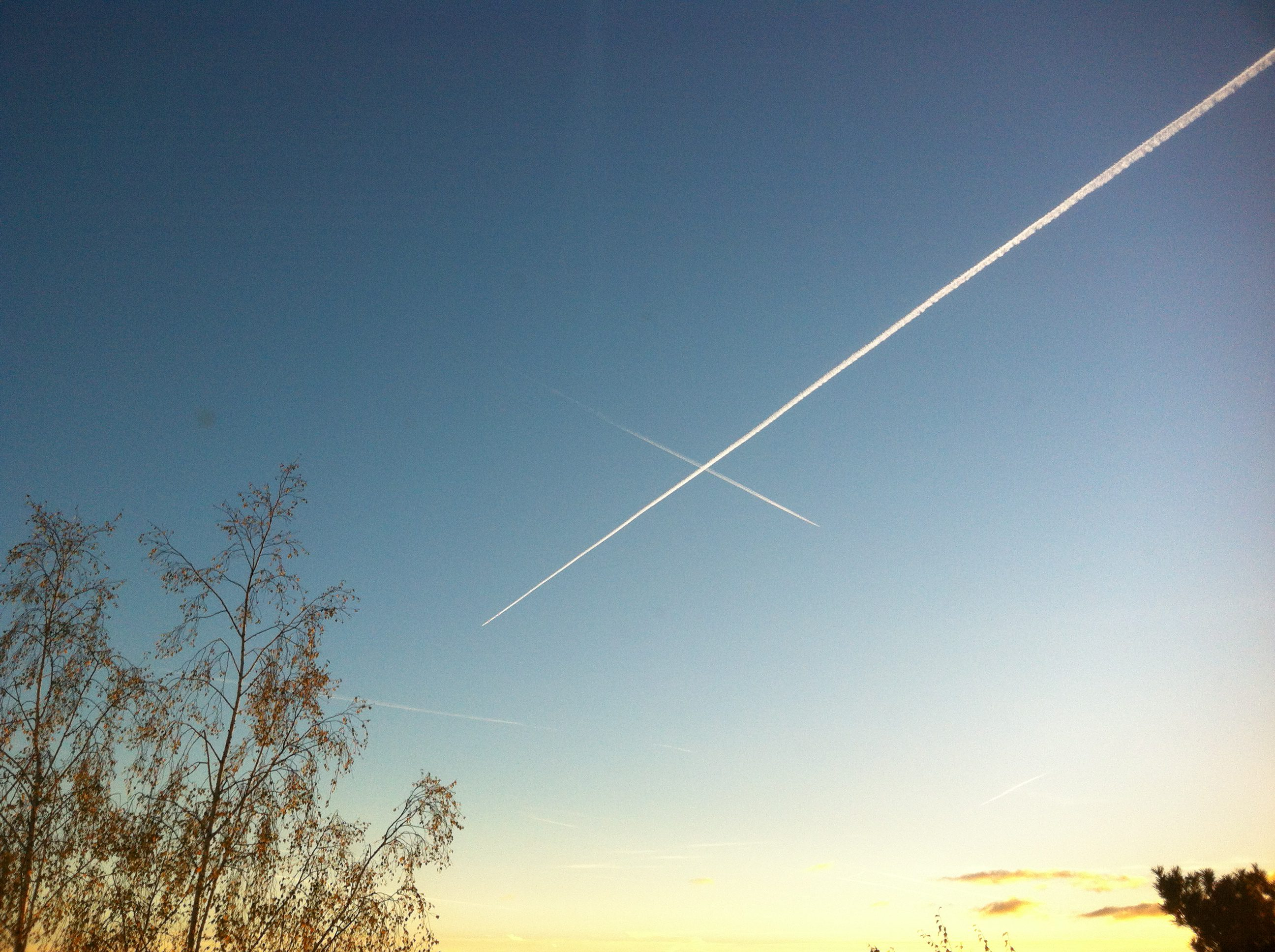 Flygplan som korsar vägen.