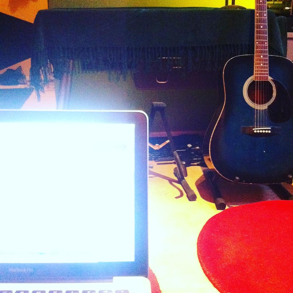 datorskärm, gitarr