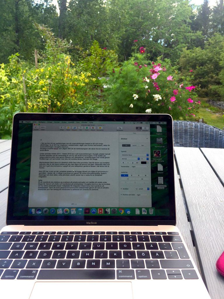Dator på veranda. Blommor.