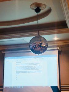 Discolampa framför skärm, Helsingfors