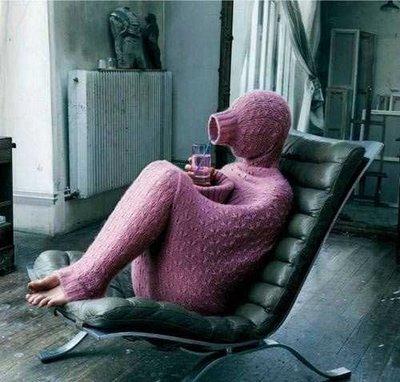 Introvert person som gömmer sig i tröjan