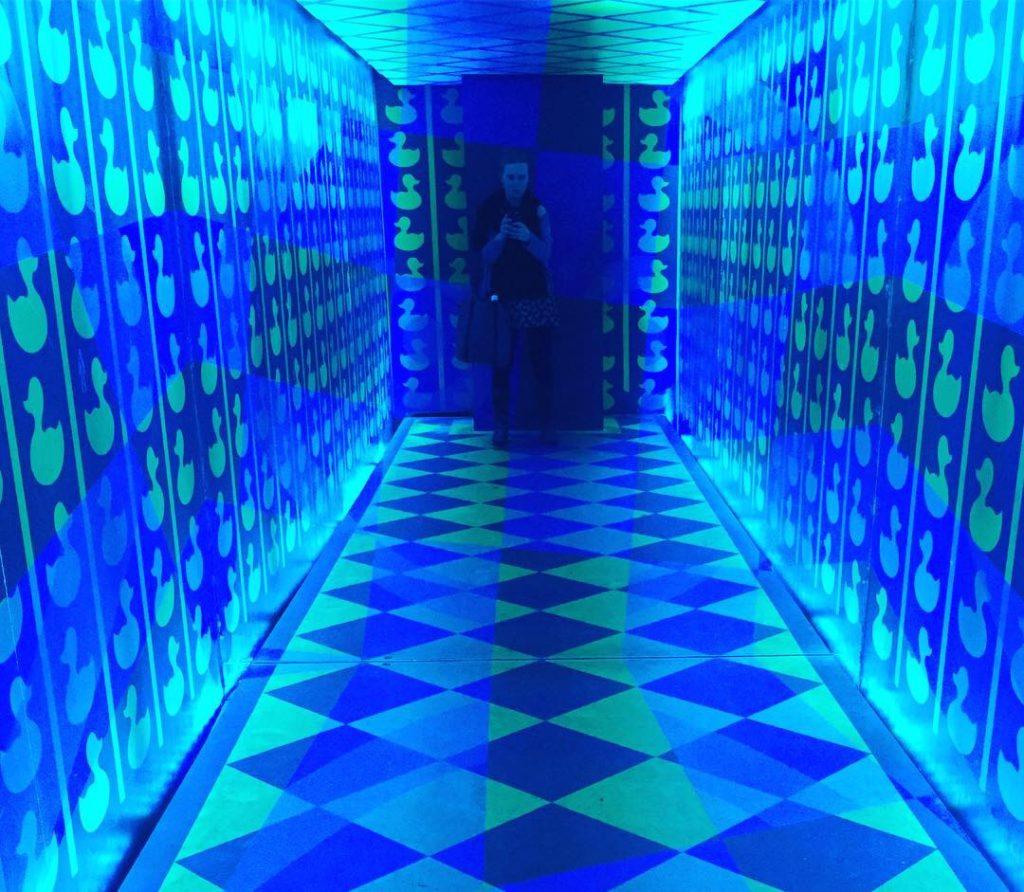 Kvinna i mönstrad blå korridor