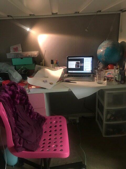 Barnrum med rosa stol, skrivbord, dator, loftsäng.